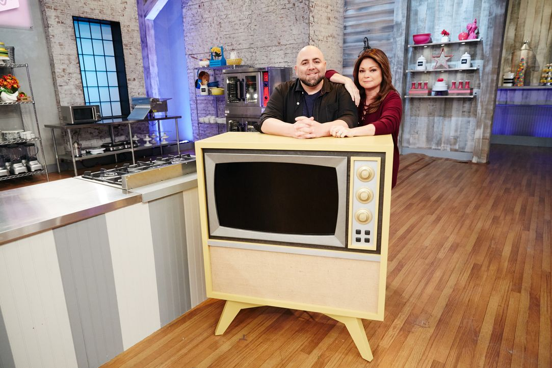 Duff Goldman (l.); Valerie Bertinelli (r.) - Bildquelle: Patrick Wymore 2016, Television Food Network, G.P. All Rights Reserved./Patrick Wymore