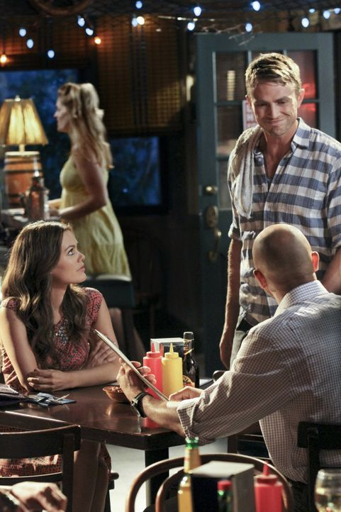 Um ihre Eifersucht zu vertuschen, trifft sich Zoe (Rachel Bilson, vorne l.) mit dem smarten Zach (Stephen Bishop, r.), nachdem sie Wade (Wilson Beth... - Bildquelle: Warner Bros.