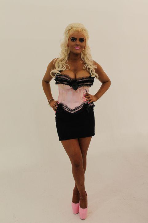 Barbie-Girl Jade möchte sich mit ihren wasserstoffblonden Haaren, Selbstbräuner und Riesenoberweiter ich am liebsten mit in eine Puppe verwandeln, d... - Bildquelle: Licensed by Fremantle Media Enterprises Ltd.