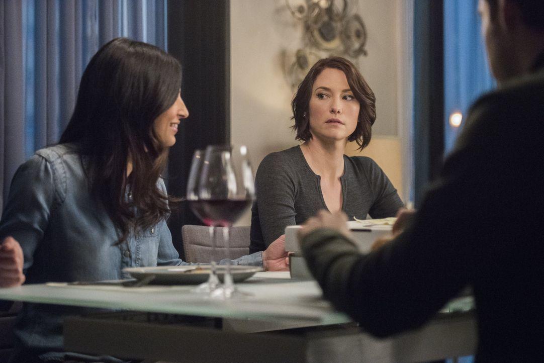 Mit ihren Freunden genießt Alex (Chyler Leigh) ein entspanntes Dinner, nicht ahnend, dass sie bald Opfer eines Verbrechens wird ... - Bildquelle: 2016 Warner Brothers