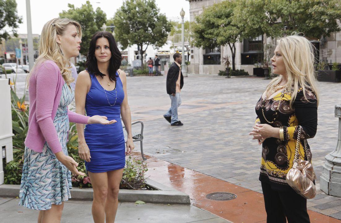 Laurie (Busy Philipps, l.) muss sich entscheiden - junggebliebene, beste Freundin Jules (Courteney Cox, M.) oder doch die meist abwesende Mutter She... - Bildquelle: 2009 ABC INC.