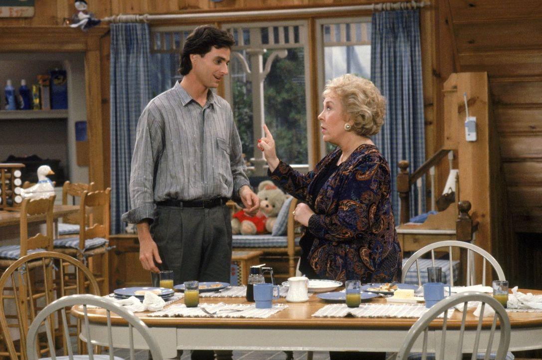 Als Dannys Mutter Claire (Doris Roberts, r.) zu Besuch kommt, fordert Danny (Bob Saget, l.) die Familie auf, ihr zu zeigen, dass sie gebraucht wird.... - Bildquelle: Warner Brothers Inc.