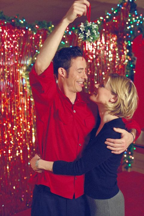Ed (Tom Cavanagh, l.) und Carol (Julie Bowen, r.) haben bei einer großen Weihnachts-Verschenkaktion viel Spaß ... - Bildquelle: Paramount