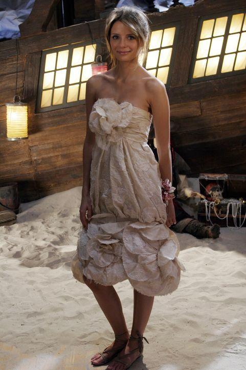 Da Marissa (Mischa Barton) nicht alleine auf den Abschlussball gehen möchte, überredet sie Volchok sie zu begleiten ... - Bildquelle: Warner Bros. Television