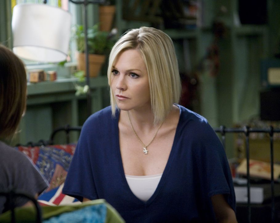 Kelly (Jennie Garth, r.) versteht nicht, dass Silver (Jessica Stroup, l.) wieder bei ihrer Mutter einziehen will... - Bildquelle: TM &   CBS Studios Inc. All Rights Reserved