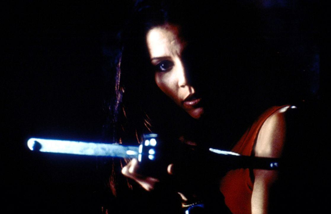 Cordelia (Charisma Carpenter) setzt sich unerschrocken zur Wehr ... - Bildquelle: TM +   2000 Twentieth Century Fox Film Corporation. All Rights Reserved.