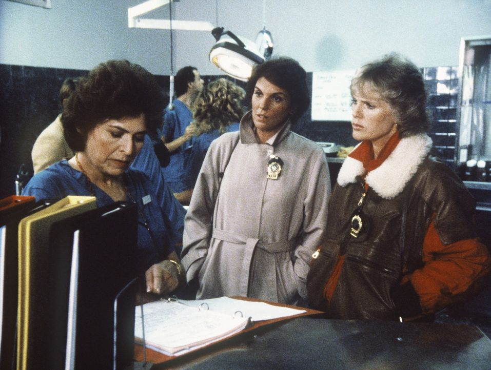 Lacey (Tyne Daly, M.) und Cagney (Sharon Gless, r.) erfahren von der Gerichtsmedizinerin erstaunliche Neuigkeiten. - Bildquelle: ORION PICTURES CORPORATION. ALL RIGHTS RESERVED.
