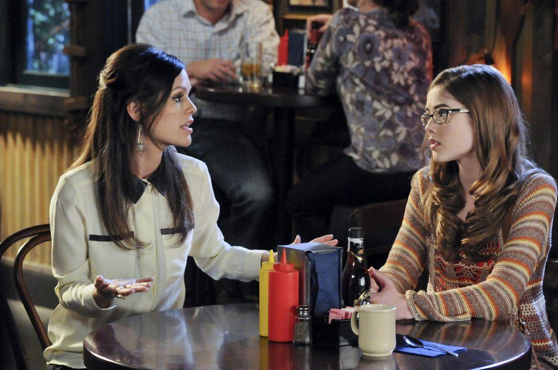 Als Zoe (Rachel Bilson, l.) erfährt, welche Folgen das Date von Rose (McKaley Miller, r.) und Frederick Dean hat, bereut sie ihre Entscheidung zutie... - Bildquelle: Warner Bros.
