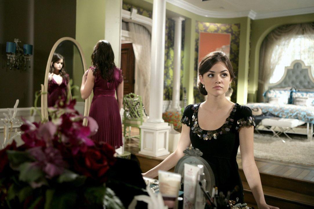Als im Internet ein Foto von Sage (Ashley Newbrough, l.) und Rose (Lucy Hale, r.) mit deren Exfreund Max auftaucht, beginnt Zach an seiner Beziehung... - Bildquelle: Warner Bros. Television