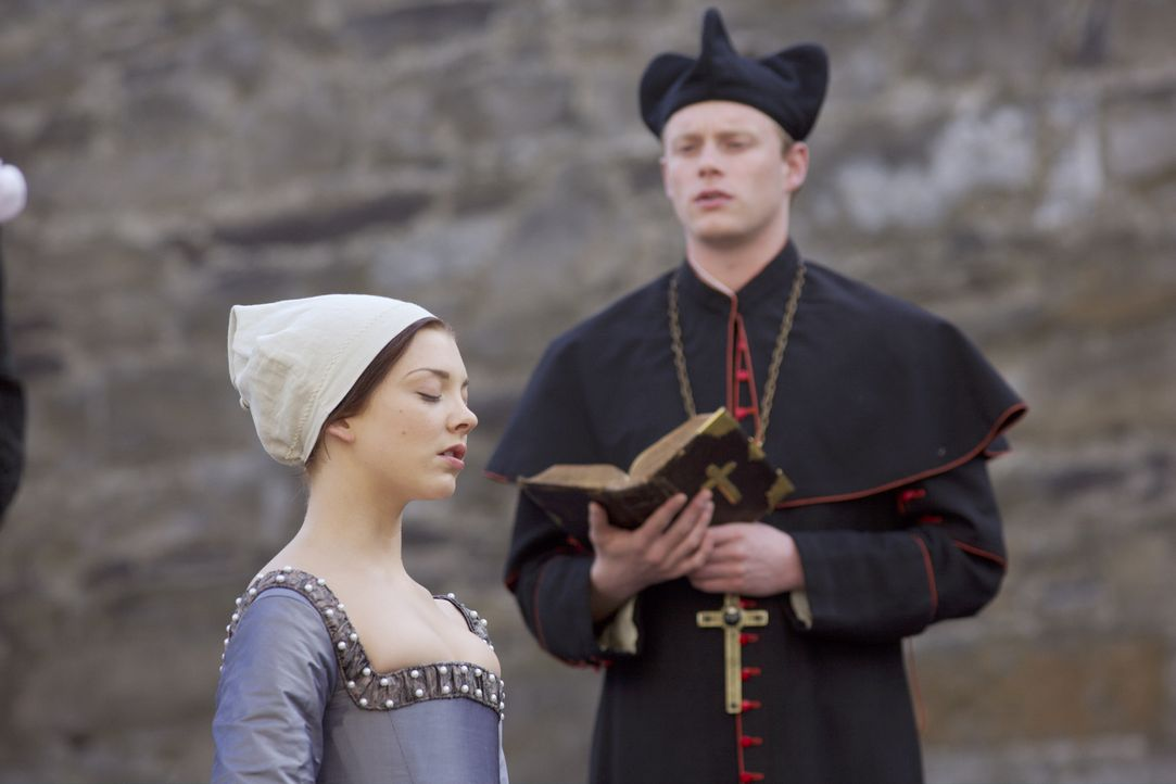 Geht im festen Glauben an Gott von der Welt: Anne Boleyn (Natalie Dormer, l.) ... - Bildquelle: 2008 TM Productions Limited and PA Tudors II Inc. All Rights Reserved.