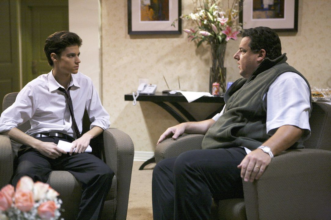Leo (Steve Schirripa, r.) hat mit seinem Sohn Ben (Ken Baumann, l.) ein Hühnchen zu rupfen ... - Bildquelle: 2008 DISNEY ENTERPRISES, INC. All rights reserved. NO ARCHIVING. NO RESALE.