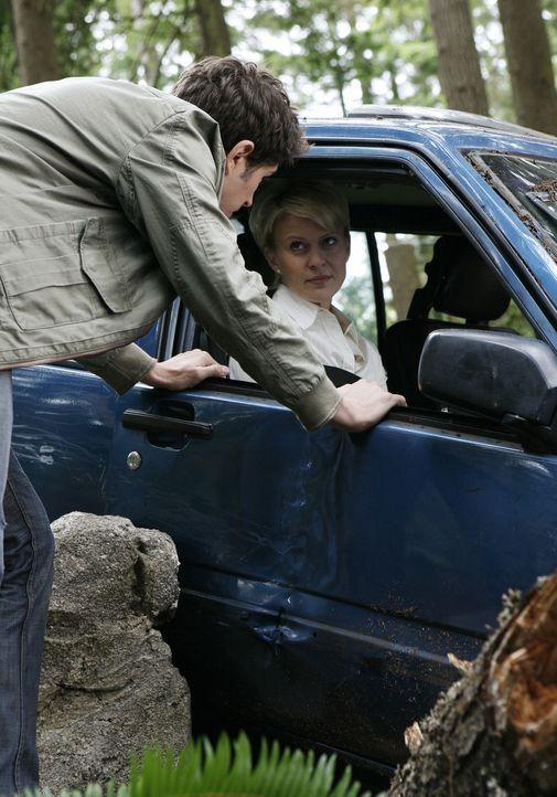 Kyle (Matt Dallas, l.), Nicole (Marguerite MacIntyre, r.) und Josh sind auf dem Weg zu einer Psychologenkonferenz. Auf einer Nebenstraße müssen si... - Bildquelle: TOUCHSTONE TELEVISION