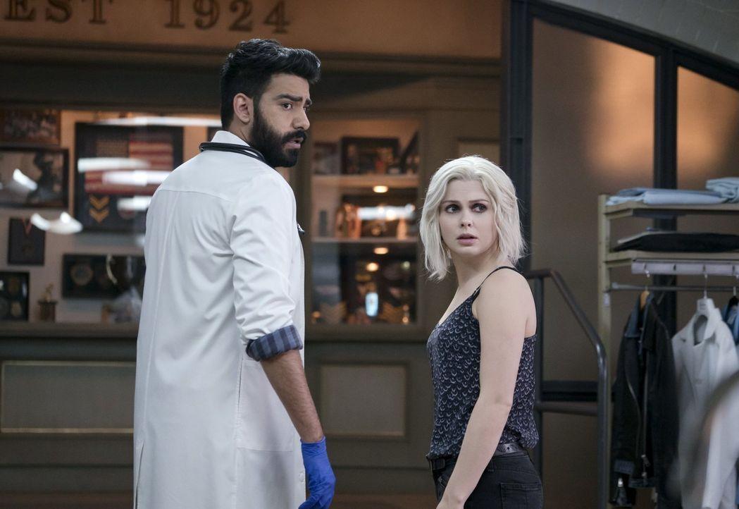 Während Ravi (Rahul Kohli, l.) versucht, den Code von Majors Safe zu knacken,  sucht Liv (Rose McIver, r.) nach dem Mörder einer Stripperin ... - Bildquelle: 2014 Warner Brothers