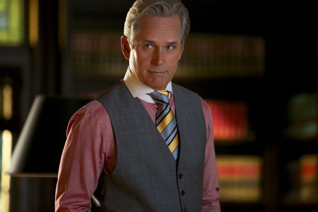 Kann und will Dec (Gregory Harrison) Roy dabei helfen, einen Aspekt in seiner Familiengeschichte aufzuklären ... - Bildquelle: 2013 CBS BROADCASTING INC. ALL RIGHTS RESERVED.