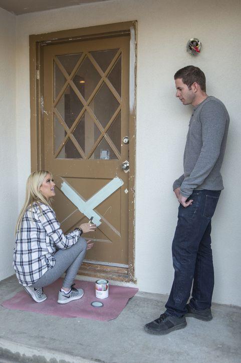 Die Haustür soll in Mintfarben gestrichen werden - zumindest wenn es nach Christina (l.) geht, Tarek (r.) steht der Farbidee noch skeptisch gegenübe... - Bildquelle: Gilles Mingasson 2016,HGTV/Scripps Networks, LLC. All Rights Reserved