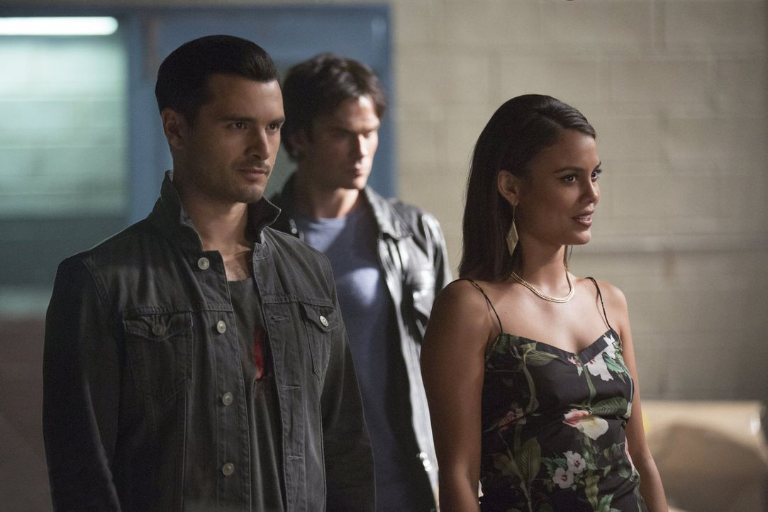 Wird es Sybil (Nathalie Kelley, r.) mit ihren Psychospielchen gelingen, doch noch die volle Kontrolle über Damon (Ian Somerhalder, M.) und Enzo (Mic... - Bildquelle: Warner Bros. Entertainment, Inc.