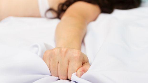 Frau bekommt Orgasmus im Schlaf