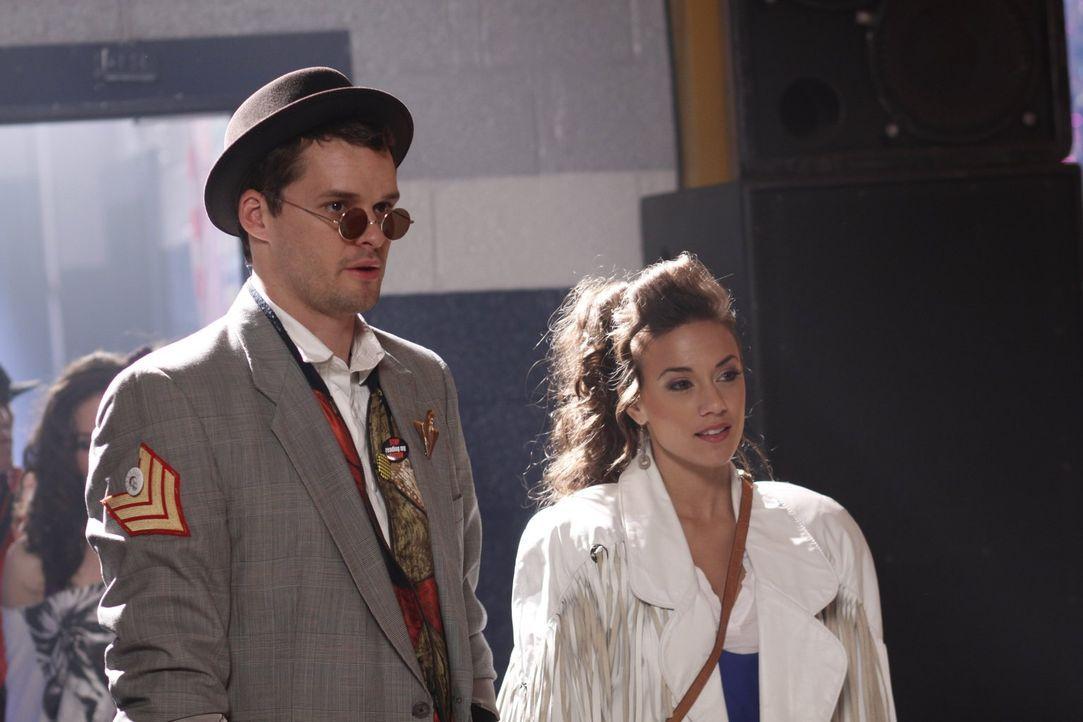 Ist es wirklich eine gute Idee, dass Julian (Austin Nichols, l.) zusammen mit Alex (Jana Kramer, r.) auf dem Ehemaligen-Treffen erscheint? - Bildquelle: Warner Bros. Pictures