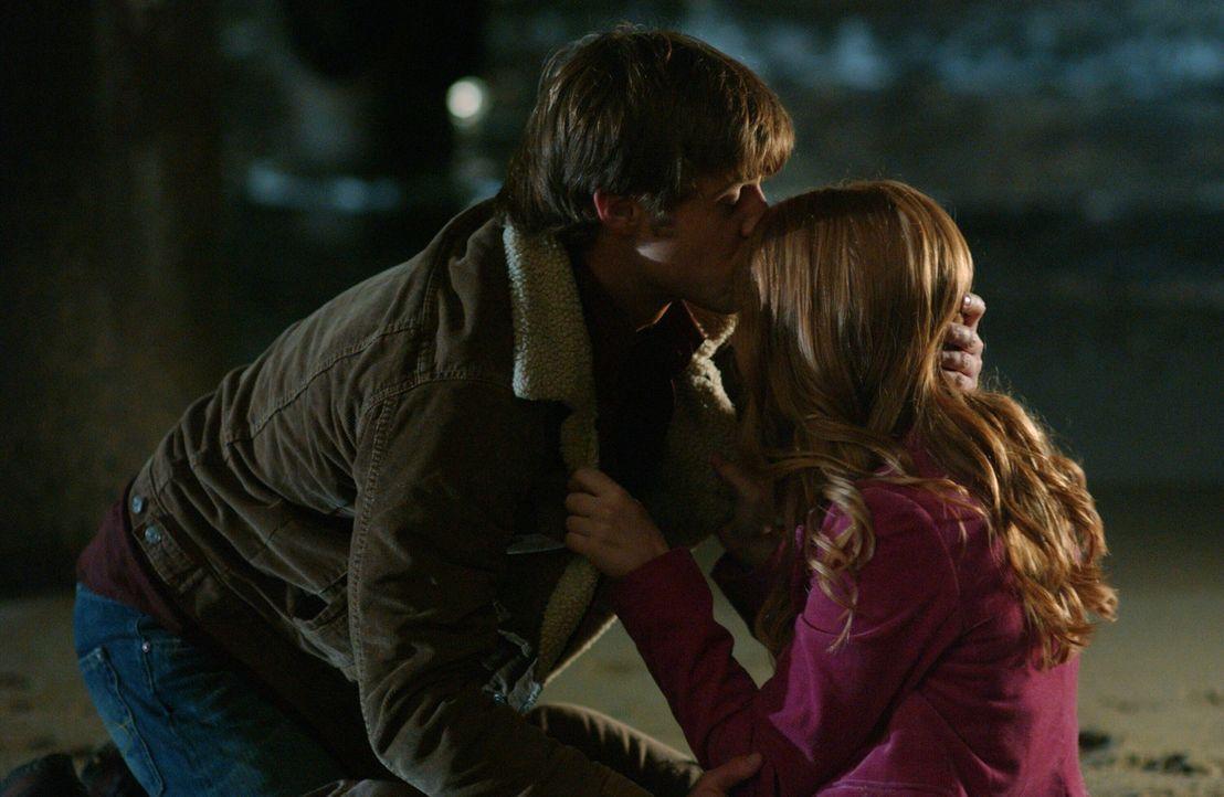 Ryan (Benjamin McKenzie, l.) ist überzeugt, dass für Lindsays (Shannon Lucio, r.) Rausch Marissa verantwortlich ist ... - Bildquelle: Warner Bros. Television