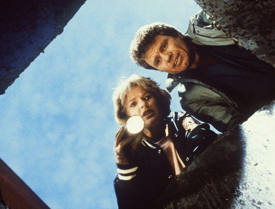 Cagney (Sharon Gless, l.) hat den kleinen Kevin in einem Schacht gefunden. Zusammen mit Isbecki (Martin Kove) versucht sie, ihn zu befreien. - Bildquelle: ORION PICTURES CORPORATION. ALL RIGHTS RESERVED.