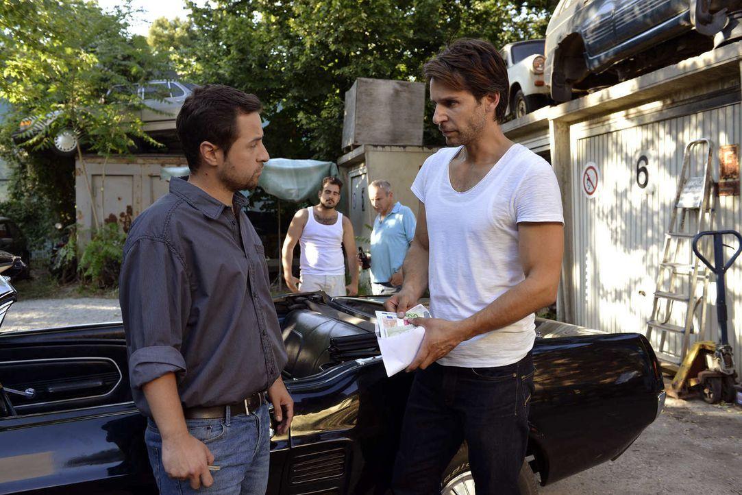 Während Mila ein Date mit Henry hat, möchte Nick (Florian Odendahl, r.) sein Auto an Bogdan (Ugur Erbas, l.) verkaufen ... - Bildquelle: Oliver Ziebe SAT.1