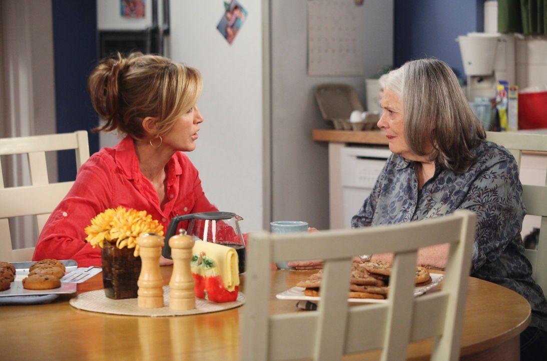 Lynette (Felicity Huffman, l.) ist wütend auf Tom, als dessen Mutter Alysson (Lois Smith, r.) den Job als Babysitter übernimmt ... - Bildquelle: ABC Studios