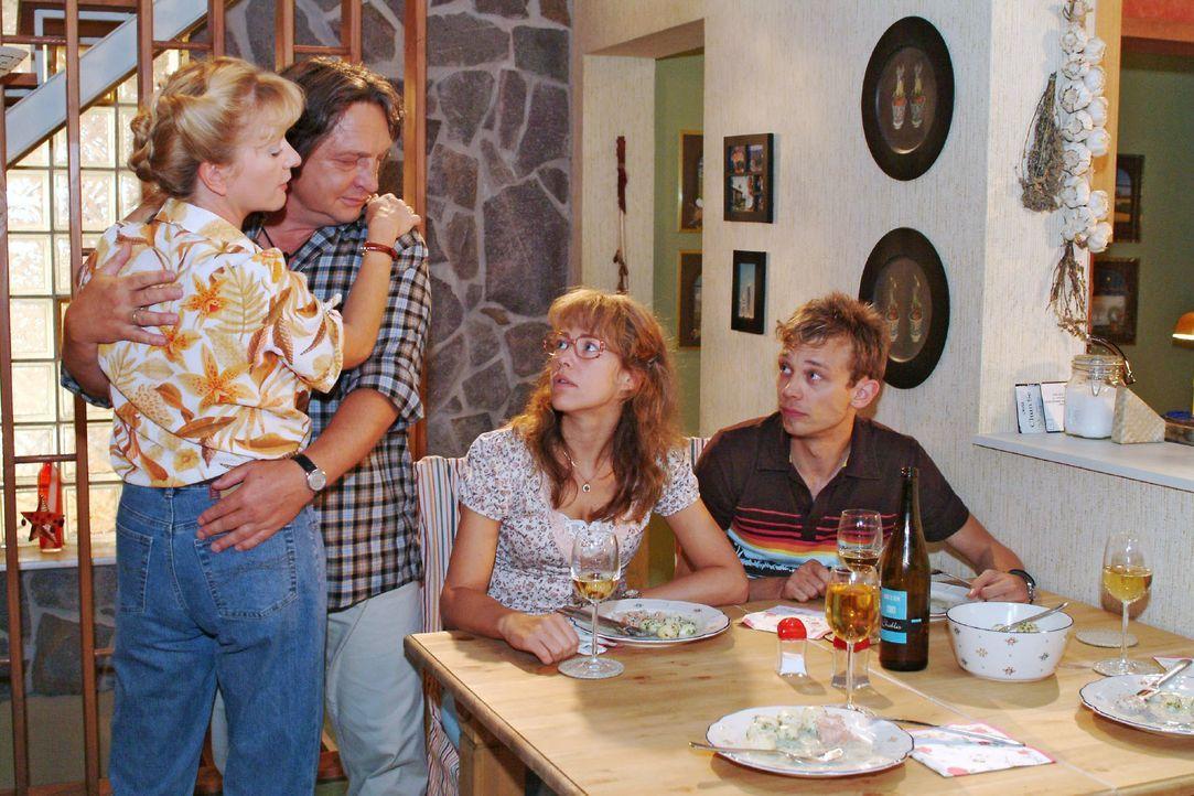 Lisa (Alexandra Neldel, 2.v.r.) und Jürgen (Oliver Bokern, r.) sind nicht wirklich begeistert von Bernds (Volker Herold, 2.v.l.) und Helgas (Ulrike... - Bildquelle: Monika Schürle SAT.1 / Monika Schürle