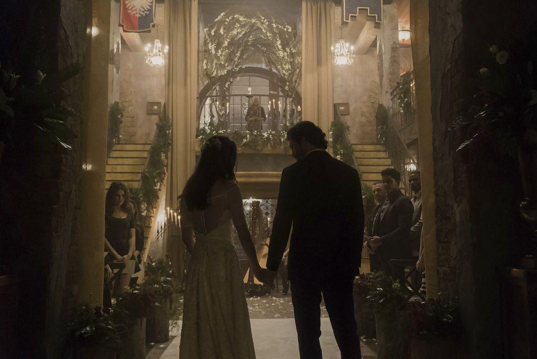 Während Hayley (Phoebe Tonkin, l.) und Jackson (Nathan Parsons, r.) den Weg zu einem besonderen Ritual meistern müssen, erinnert Klaus seinen Bruder... - Bildquelle: Warner Bros. Entertainment, Inc
