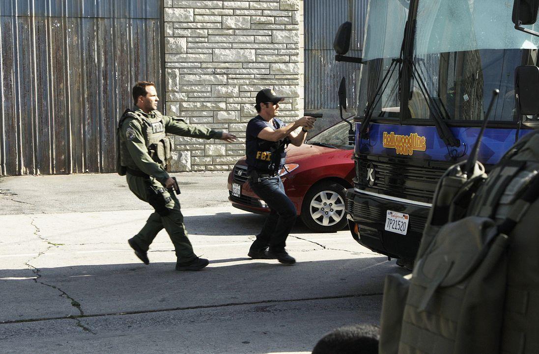 Don (Rob Morrow, r.), Colby (Dylan Bruno, l.) und das restliche Team haben vier Stunden Zeit, um einen Bus zu stürmen, in dem Geiseln festgehalten w... - Bildquelle: Paramount Network Television