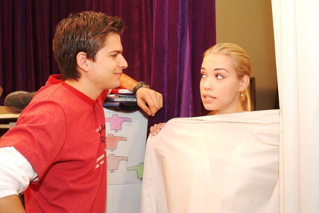 Kim (Lara-Isabelle Rentinck, r.) versucht sich mit Timo (Matthias Dietrich, l.) wieder zu versöhnen. - Bildquelle: Monika Schürle Sat.1