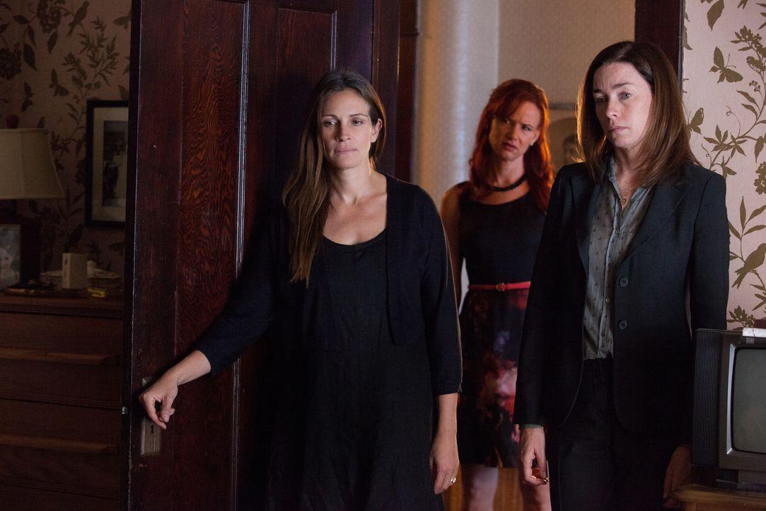 Als sie sehen, wie sehr ihre Mutter Violet leidet, halten die Geschwister Barb (Julia Roberts, l.), Karen (Juliette Lewis, M.) und Ivy (Julianne Nic... - Bildquelle: Claire Folger TOBIS FILM