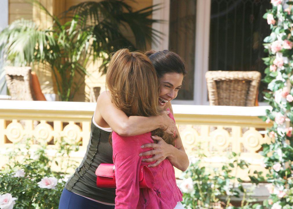 Susan (Teri Hatcher, l.) freut sich für Gabrielle (Eva Longoria, r.), die wieder als Model arbeiten möchte und bereits einen Auftrag bekommen hat ..... - Bildquelle: 2005 Touchstone Television  All Rights Reserved