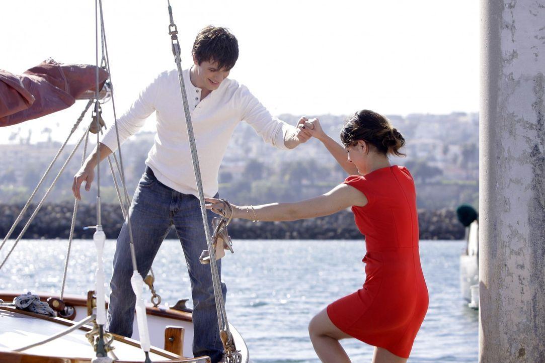 Auf einem Segeltörn kommen sich Liam (Matt Lanter, l.) und Annie (Shenae Grimes, r.) näher... - Bildquelle: TM &   CBS Studios Inc. All Rights Reserved