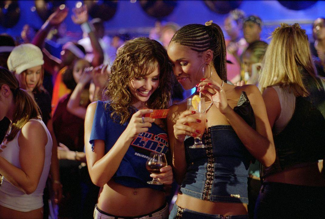 Nach einer Performance wird Honey (Jessica Alba, l.) zur Freude von Gina (Joy Bryant, r.) von einem Videoproduzenten angesprochen ... - Bildquelle: Universal Studios