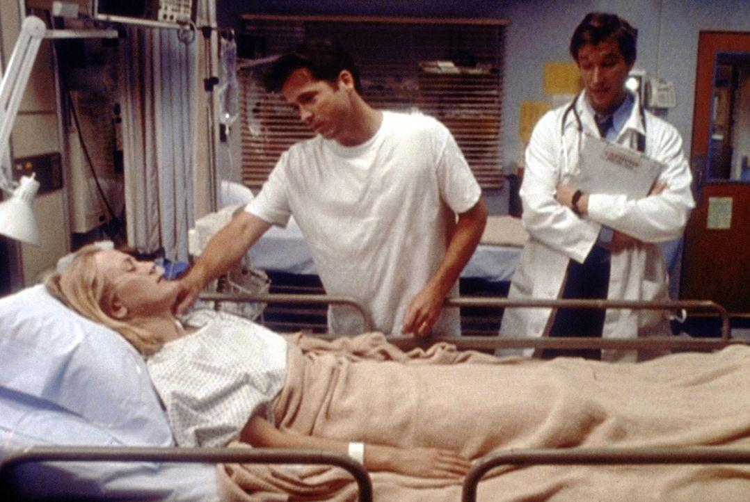Wie durch ein Wunder ist die komatöse Kirsten aufgewacht. Dr. Carter (Noah Wyle, r.) steht vor einem Rätsel. - Bildquelle: TM+  2000 WARNER BROS.