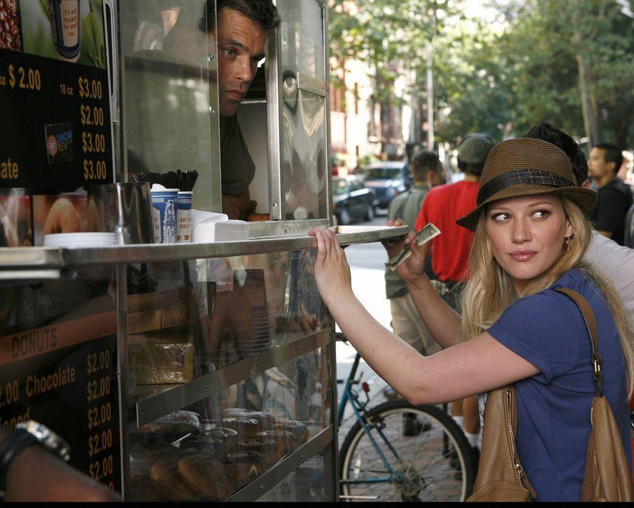 Jetzt kann sich Olivia (Hilary Duff, r.) endlich einen Kaffee kaufen, ohne sofort von jedem erkannt zu werden. - Bildquelle: Warner Brothers