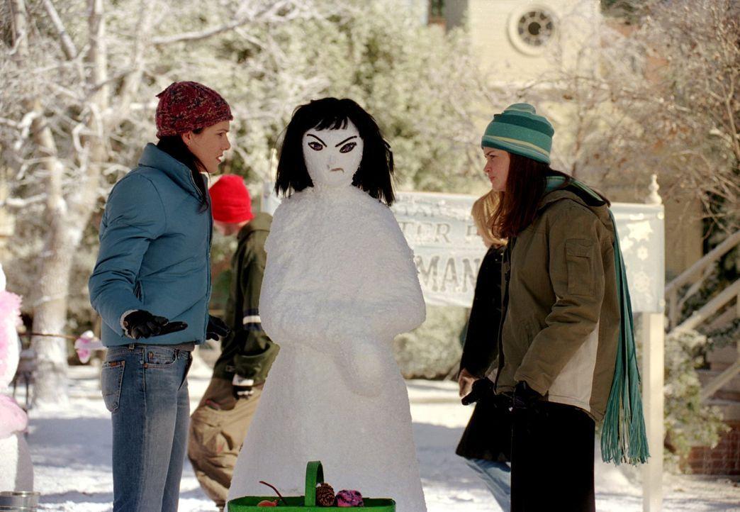 Noch ahnen Lorelai (Lauren Graham, l.) und Rory (Alexis Bledel, r.) nicht, dass Richard bei einem eigentlich gemütlichen Essen mit all ihren Freunde... - Bildquelle: 2001 Warner Bros. Entertainment, Inc.