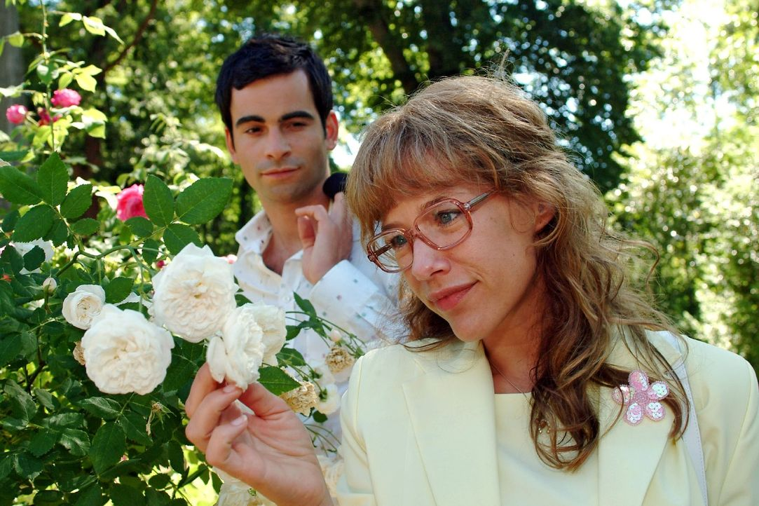 Lisa (Alexandra Neldel, r.) glaubt ihren Ohren nicht zu trauen, als David (Mathis Künzler, l.) ihr sagt, sie möge ihr Zusammensein genießen ... (... - Bildquelle: Monika Schürle Sat.1