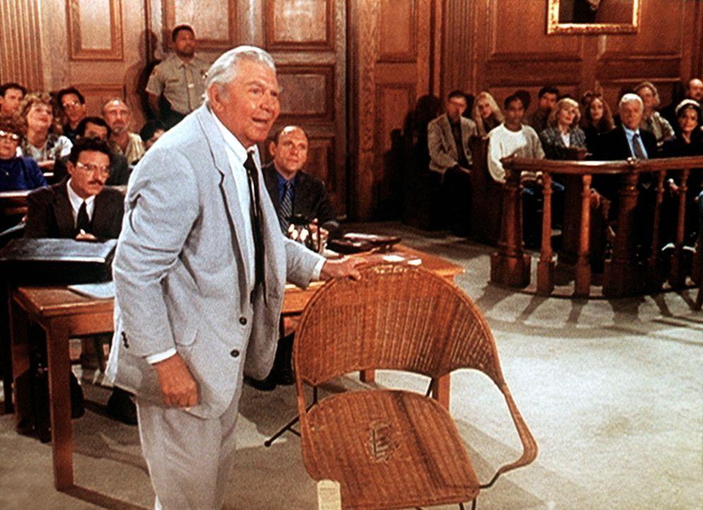 Matlock (Andy Griffith, vorne l.) beweist anhand eines kaputten Stuhls, dass belastendes Material in Jesses Wohnung gebracht wurde. - Bildquelle: Viacom