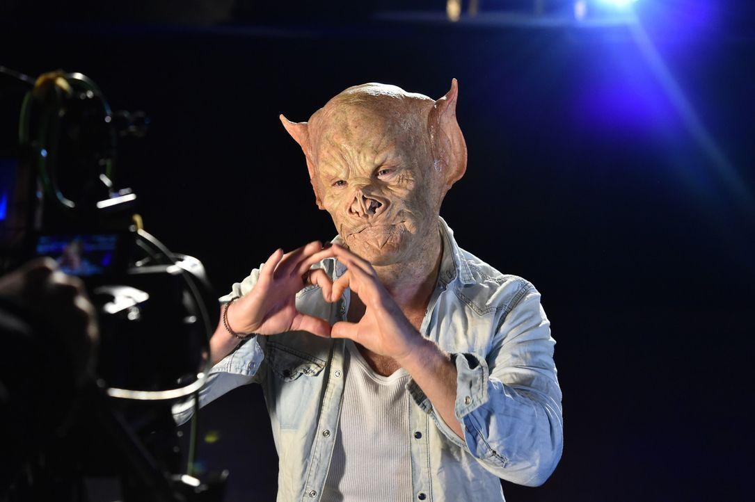 In Sachen Liebe ist es für Tobias nicht einfach, doch vielleicht hilft ihm die Maske endlich seine Traumfrau zu finden ... - Bildquelle: Andre Kowalski Sixx