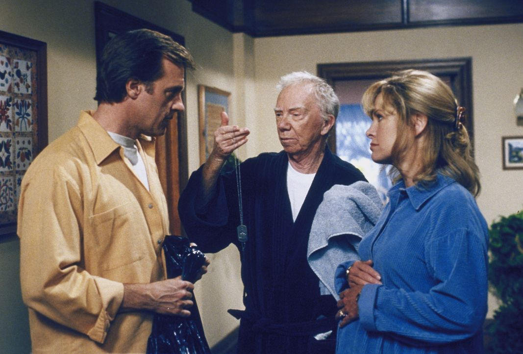Annie (Catherine Hicks, r.) hat den obdachlosen Sgt. Millard (Ray Walston, M.) mit nachhause genommen. Eric (Stephen Collins, l.) ist misstrauisch ... - Bildquelle: The WB Television Network