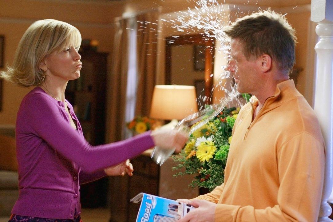 Noch bevor Karen McCluskey zu ihrer Überraschungsparty auftaucht, kommt es zwischen Lynette (Felicity Huffman, l.) und Tom (Doug Savant, r.) zu eine... - Bildquelle: ABC Studios