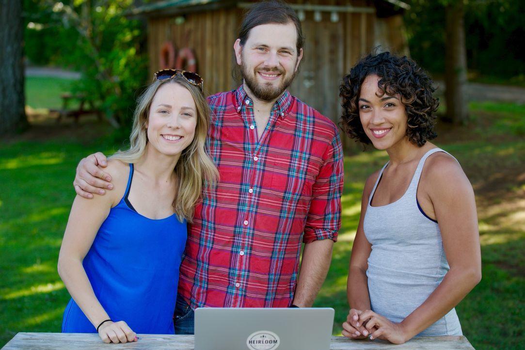 Lisette (r.) ist begeistert von den Plänen, die Tyson (M.) und Michelle (l.) für ihr mobiles Haus auf Rädern haben. Wird sie auch das Endergebnis so... - Bildquelle: 2015, HGTV/Scripps Networks, LLC. All Rights Reserved