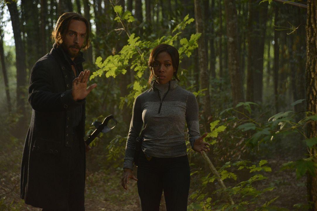 In den Wäldern von Sleepy Hollow suchen Ichabod (Tom Mison, l.) und Abbie (Nicole Beharie, r.) nach dem verschwundenen Mädchen und dem skrupellosen... - Bildquelle: 2014 Fox and its related entities. All rights reserved.