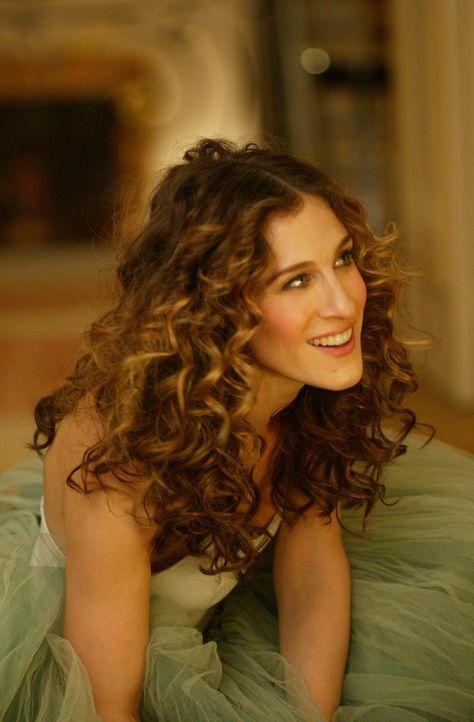 Als Charlotte in Carries (Sarah Jessica Parker) Wohnung die Post abholt, hört sie zufällig, wie Big 'Ich liebe Dich' auf den Anrufbeantworter sprich... - Bildquelle: Paramount Pictures