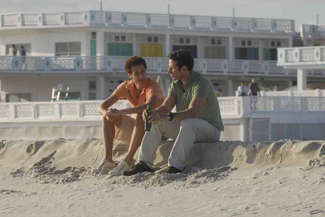 Evan (Paulo Costanzo, l.) will seinen Bruder Hank (Mark Feuerstein, r.) überreden, auf Long Island zu bleiben ... - Bildquelle: Universal Studios