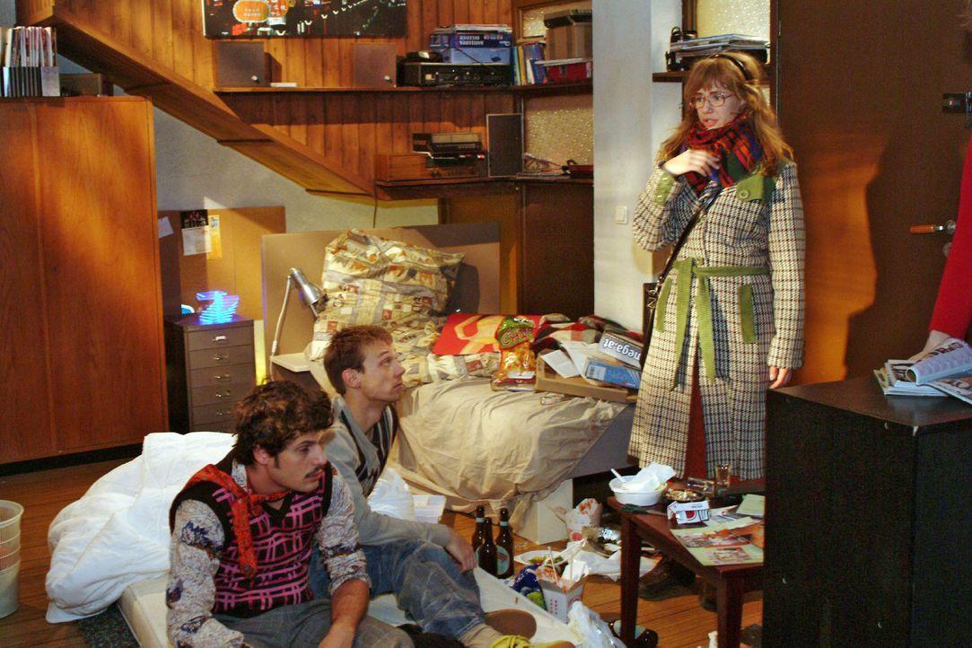 Lisa (Alexandra Neldel, r.) hört von Rokko (Manuel Cortez, l.) und Jürgen (Oliver Bokern, M.), dass sich David und Lars zufällig in der Bar getro... - Bildquelle: Monika Schürle Sat.1