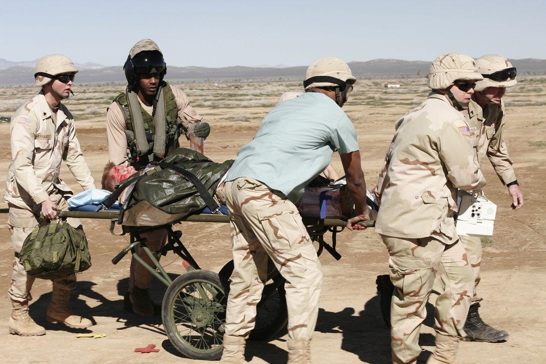 Ein Kampf um Leben und Tod: Michael (Sharif Atkin, M.) und seine Kollegen kümmern sich um einen schwer verletzten Soldaten ... - Bildquelle: WARNER BROS