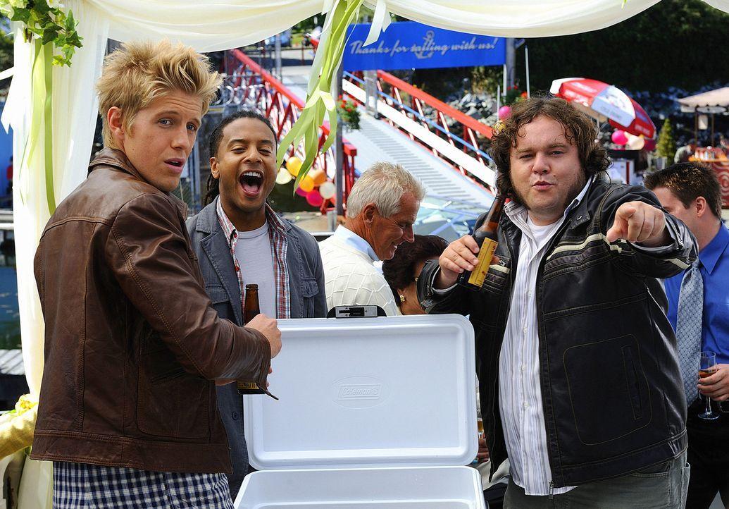 "Mit seinen Kumpels Sully (Matt Barr, l.), Danny (Brandon Jay McLaren, M.) und Malcolm (Chris Gauthier, r.) feiert Henry ausgiebig ""das Ende seiner F... - Bildquelle: 2009 CBS Studios Inc. All Rights Reserved."