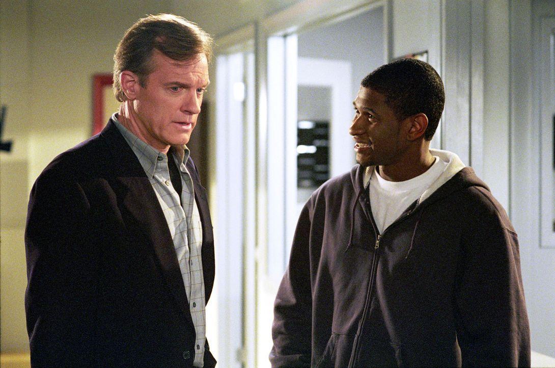 Beim Collage-Radio soll Eric (Stephen Collins, l.) als Moderator arbeiten. Will (Usher Raymond, r.) erklärt ihm, was zu tun ist ... - Bildquelle: The WB Television Network
